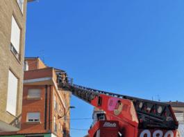 Bomberos de León intervienen fachada avispas Trobajo del Camino