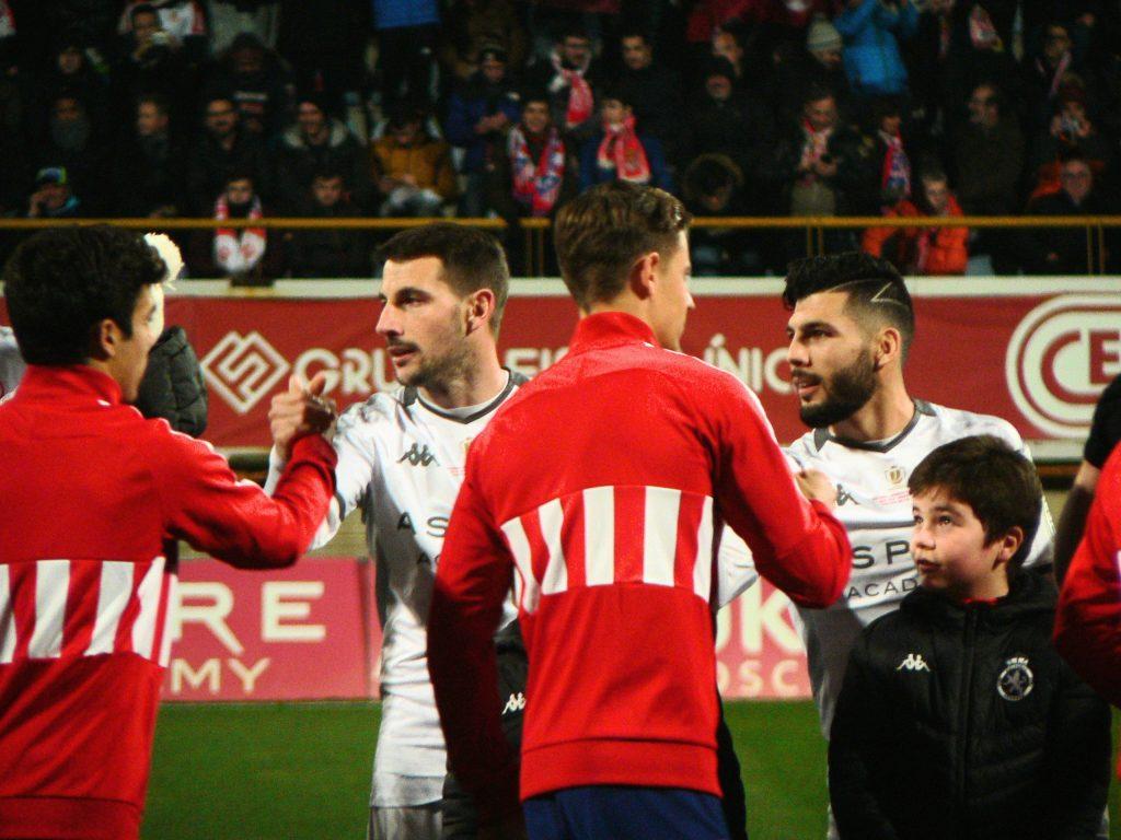 Saludos entre los jugadores de la Cultural y el Atlético.