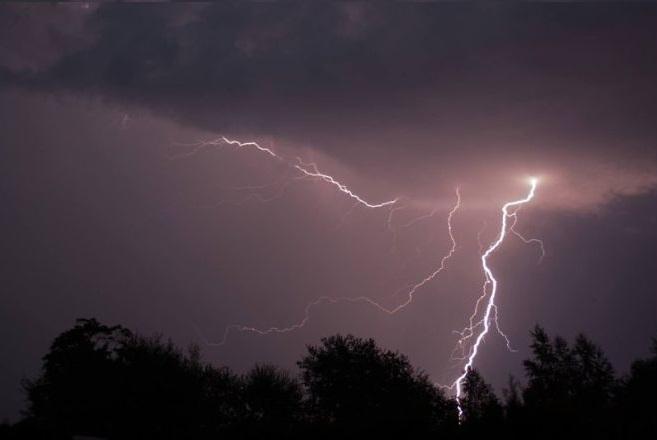 rayo tormenta tiempo