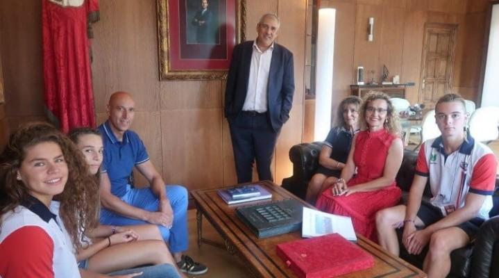 El alcalde de León recibe a las jovenes promesas leonesas de natación (Personalizado)