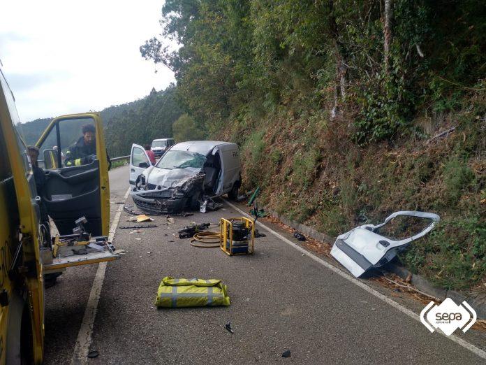 accidente furgoneta colisiona contra un minibús escolar