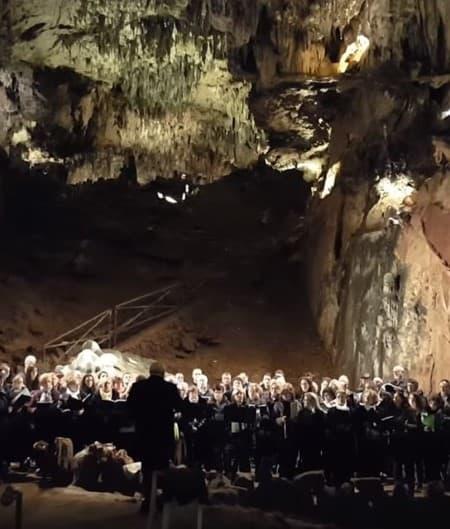 himno de León cuevas de Valporquero