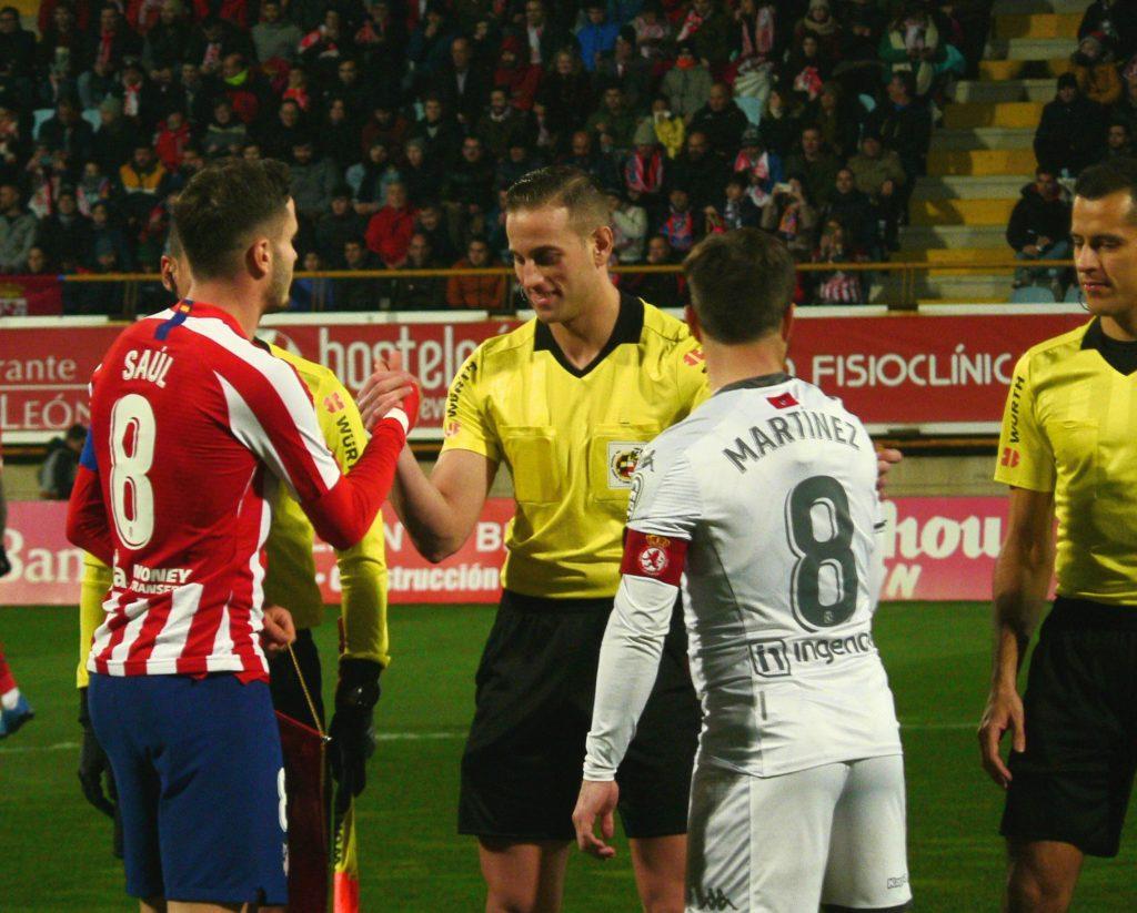 Saludo con los árbitros de Saúl y Antonio Martínez. Laura Aller