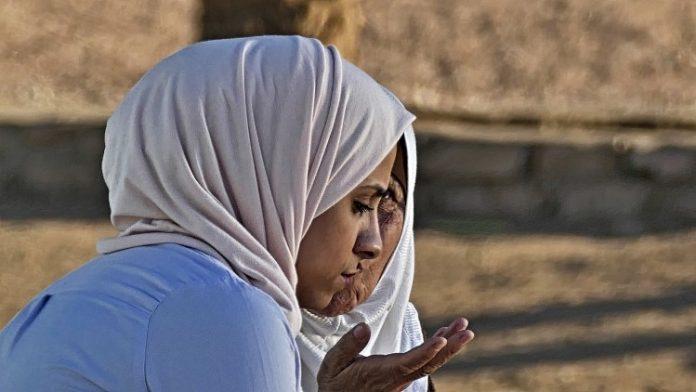 Denuncia que ha sido expulsada de su centro de prácticas por llevar hiyab
