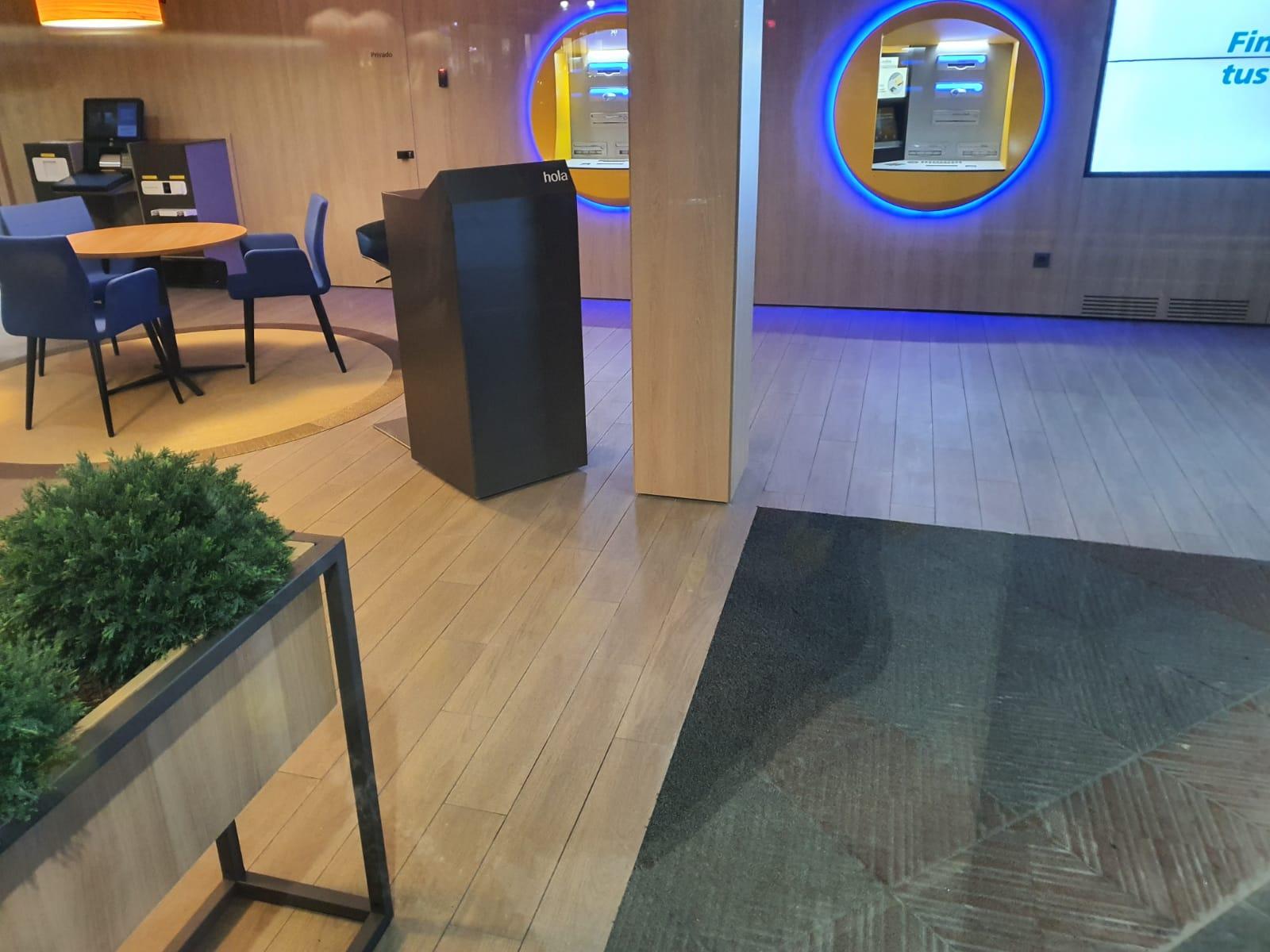 increíbles imagenes nueva oficina caixa en el centro de León