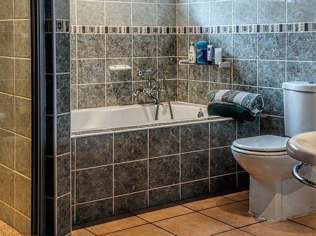 grabar amigas de su hija en el lavabo de casa