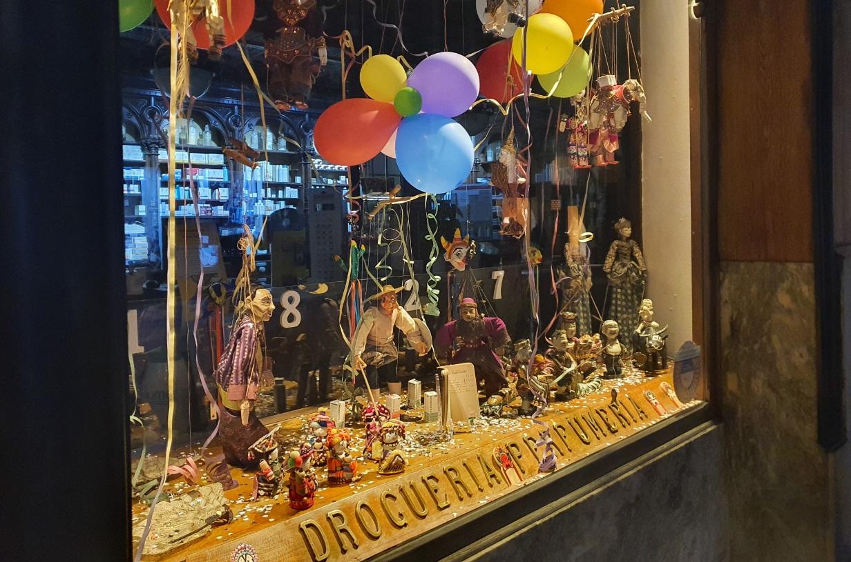 La farmacia de la Calle Ancha se disfraza de Carnaval