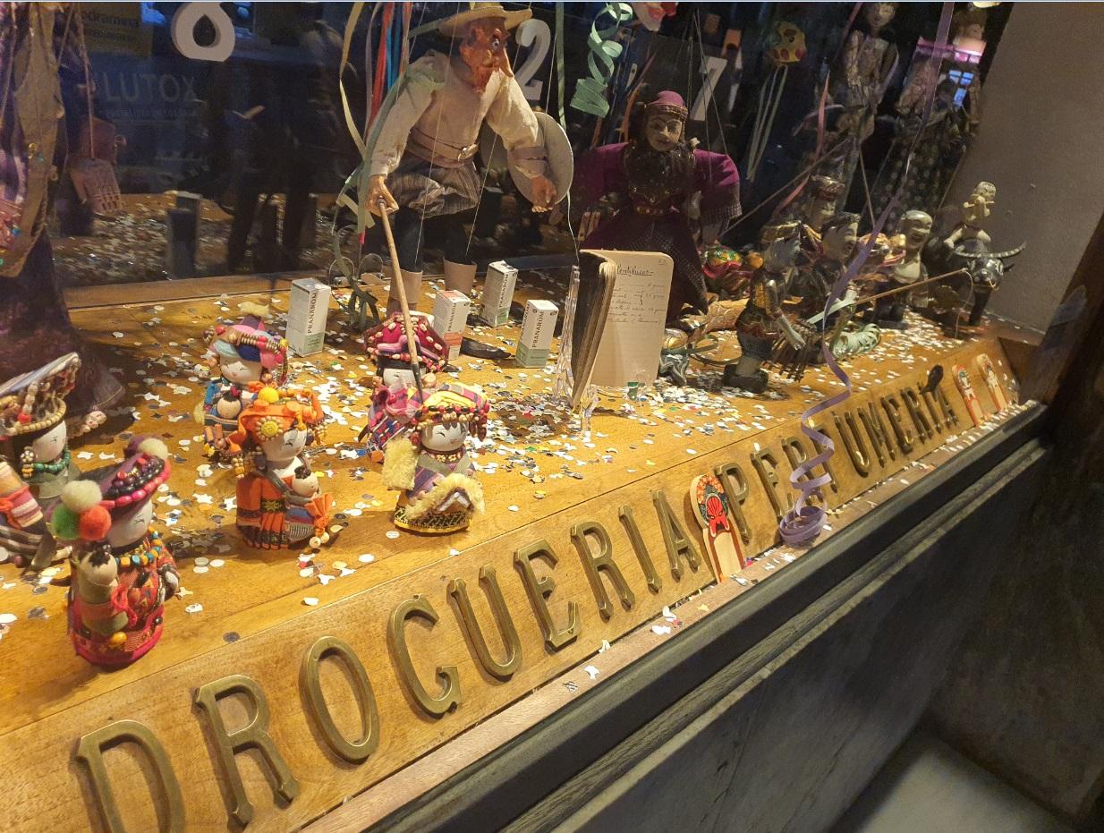 El escaparate de la farmacia de la Calle Ancha se disfraza de Carnaval