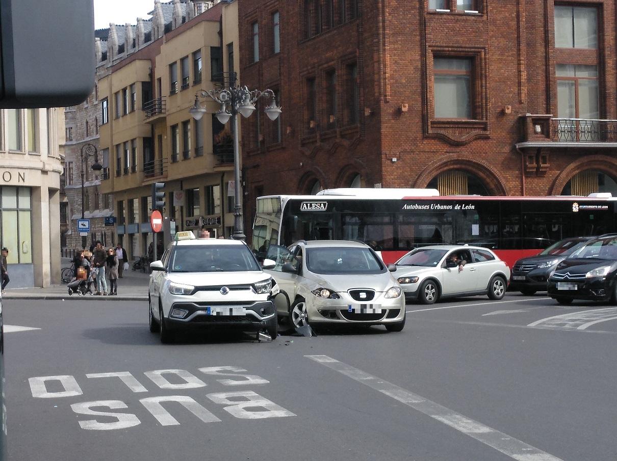 Accidente entre dos coches en la Plaza de Santo Domingo