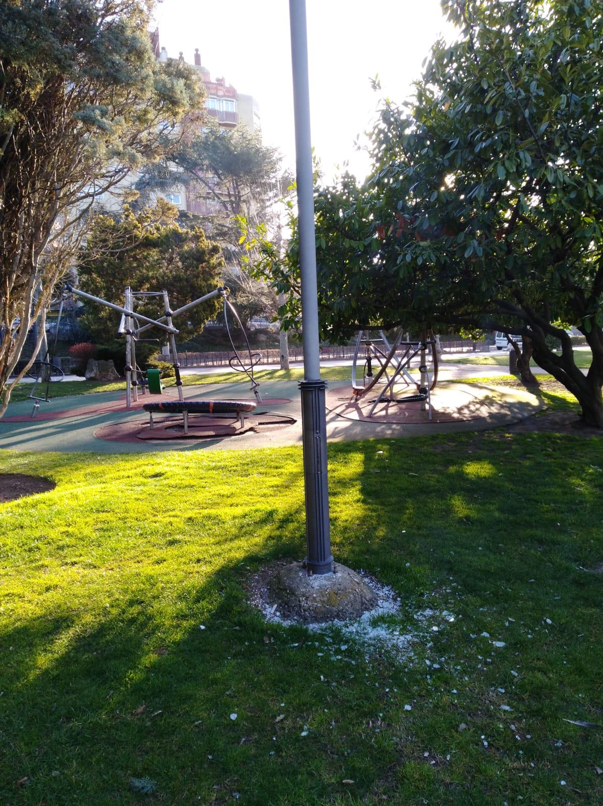 Vandalismo y destrozos en el Paseo Papalaguinda de León