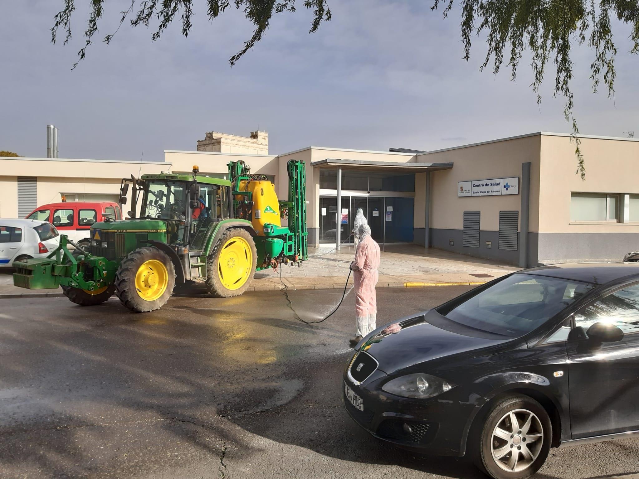 Los agricultores de Santa María del Páramo ayudan a la desinfección