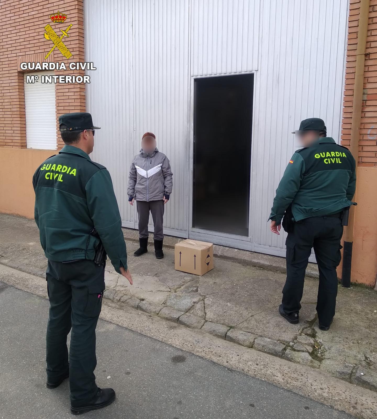 La Guardia Civil reparte material sanitario para combatir al coronavirus