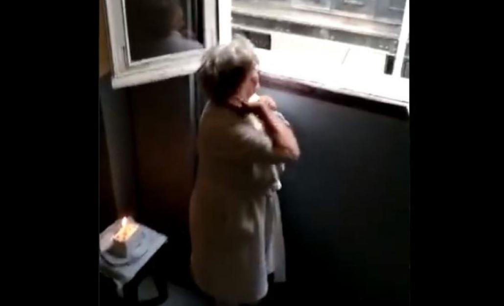anciana felicitación cumpleaños en la cuarentena por el coronavirus