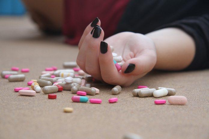 joven con riesgo de suicidio tiene que estar sola en casa