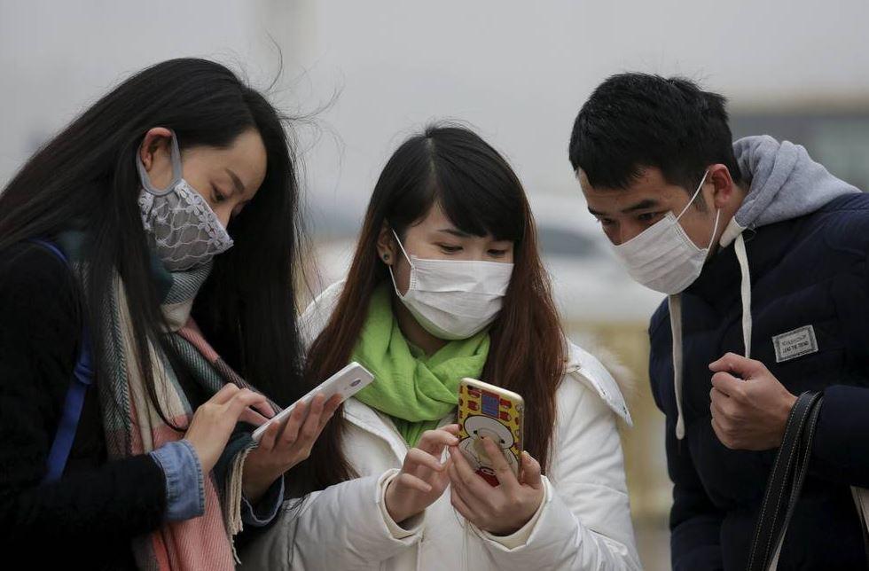 Estudiantes chinos de la universidad de león llevan mascarillas