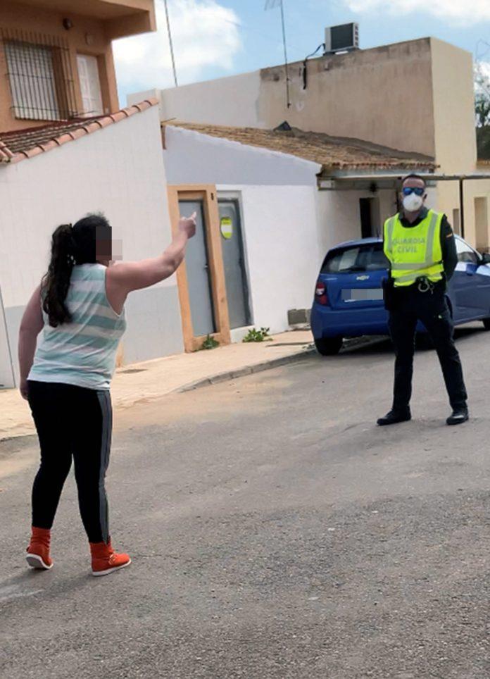Una mujer de hace pasar por falsa enfermera y atiende a sus vecinos