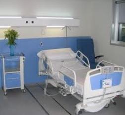 12.000 ancianos murieron sin asistencia y 2.200 camas libres en las UCIs