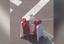 Dos cofrades desfilan con papel higiénico en semana santa