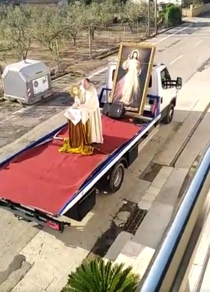 El cura que celebra una misa ambulante encima de un camión