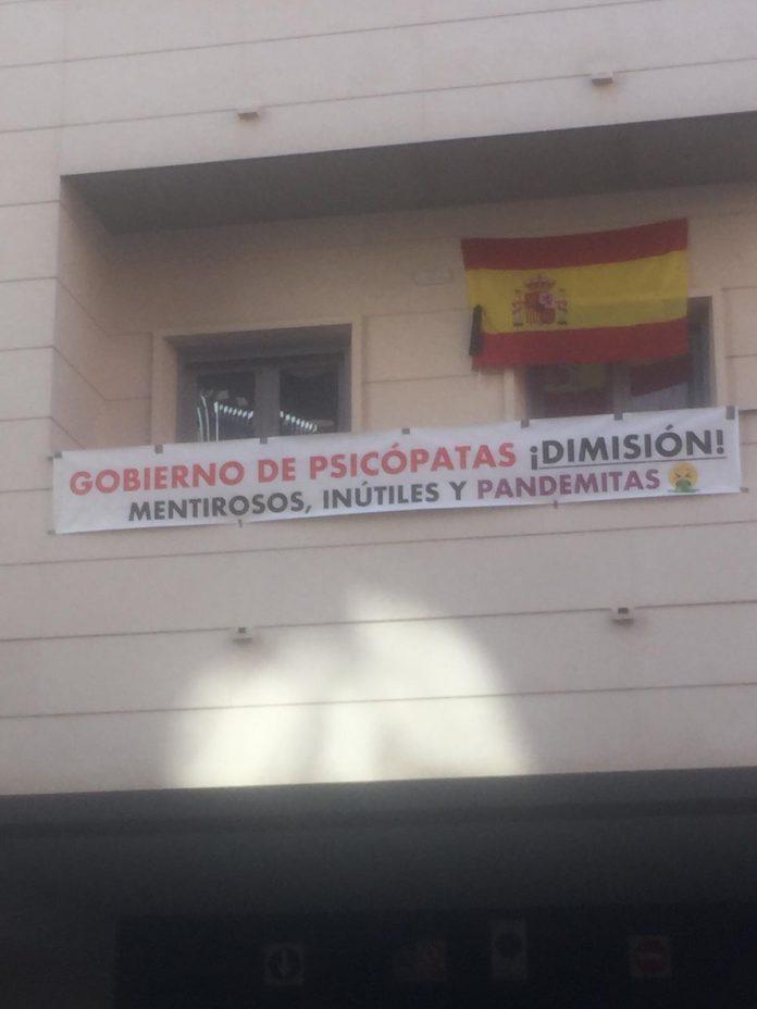 La implacable pancarta en una terraza en el centro de León
