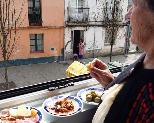 abuela tomando el vermu en cuarentena