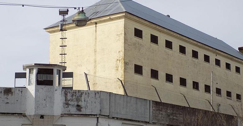 VÍDEO| Sorprenden a un hombre lanzando droga y móviles a una prisión