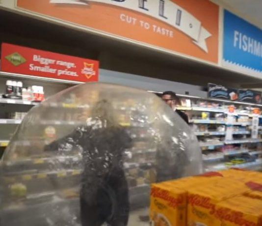 mujer va a comprar al supermercado con bola de plástico