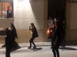 Irresponsable y vergonzosa procesión en cuarentena con bolsas de basura