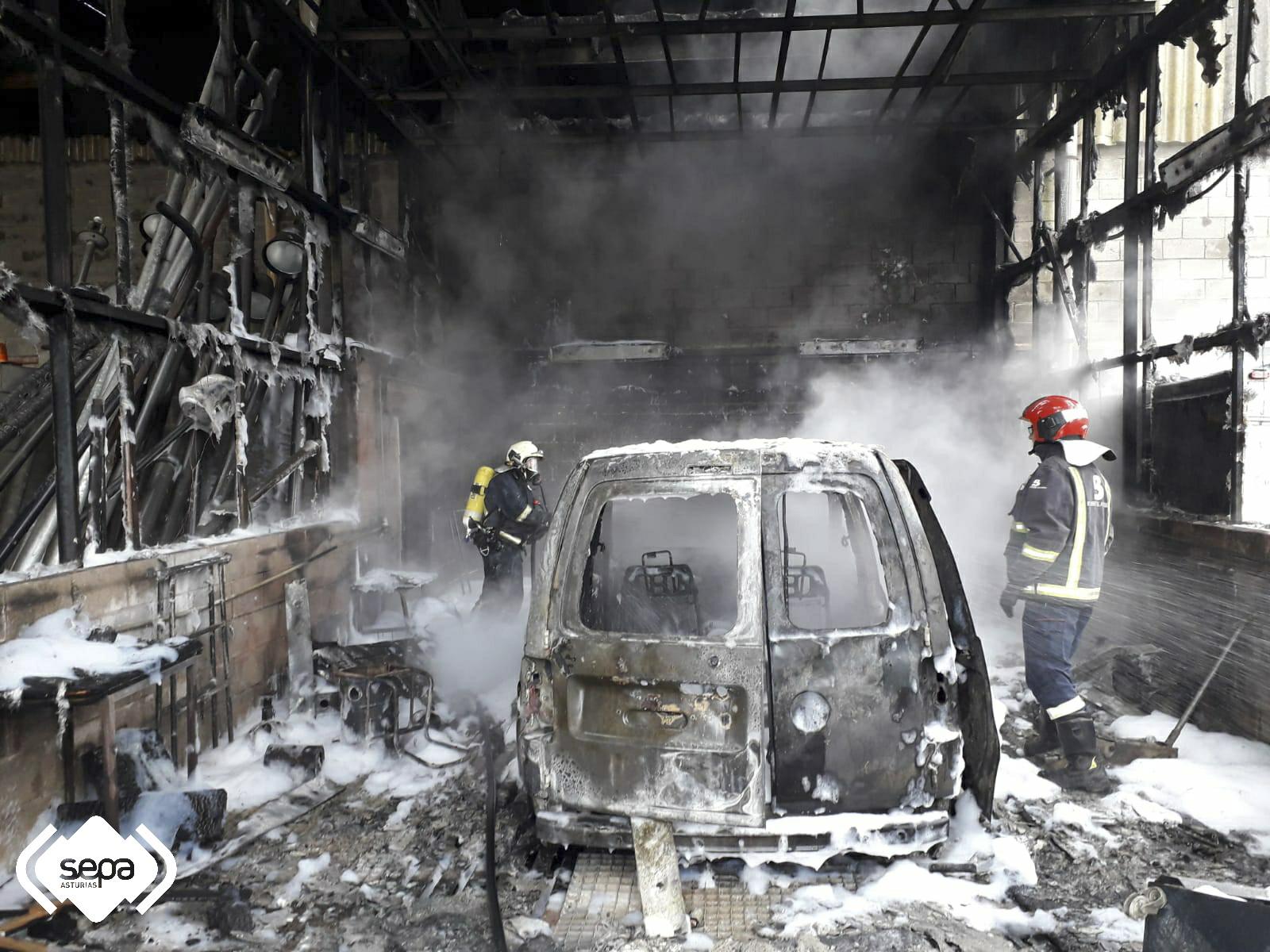 Los Bomberos extinguen un incendio en una nave industrial
