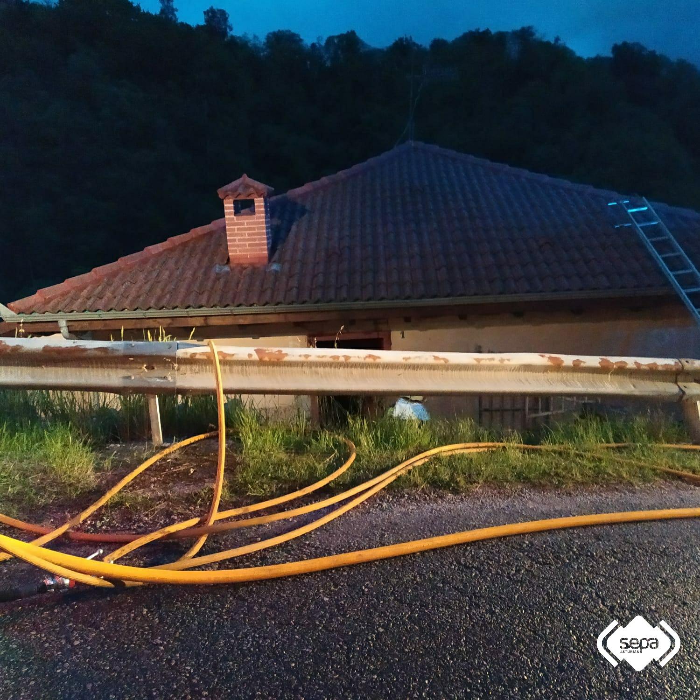 Los bombero sofocan un incendio urbano provocado en un domicilio