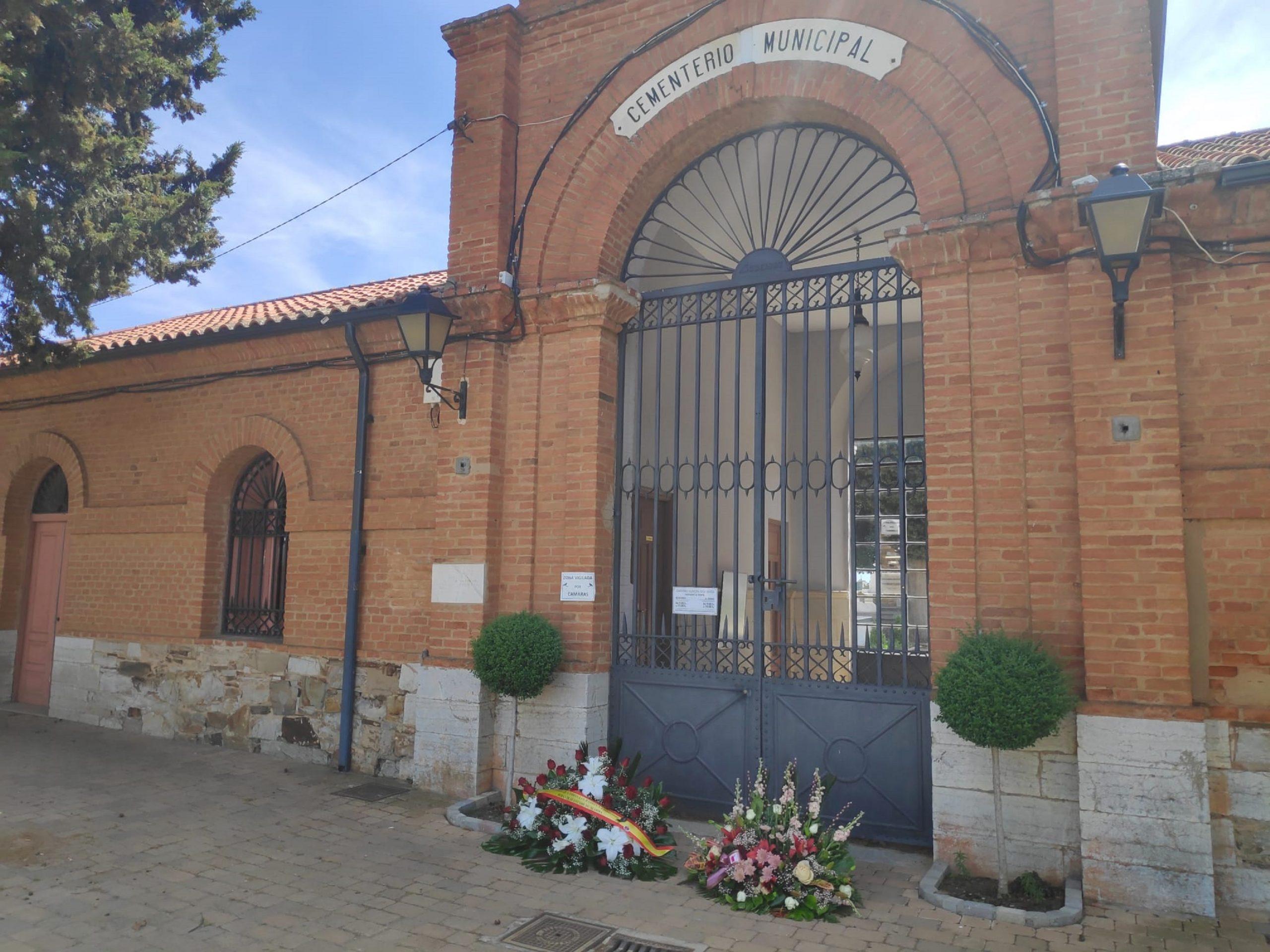 Flores en el cementerio con motivo del día de la Madre