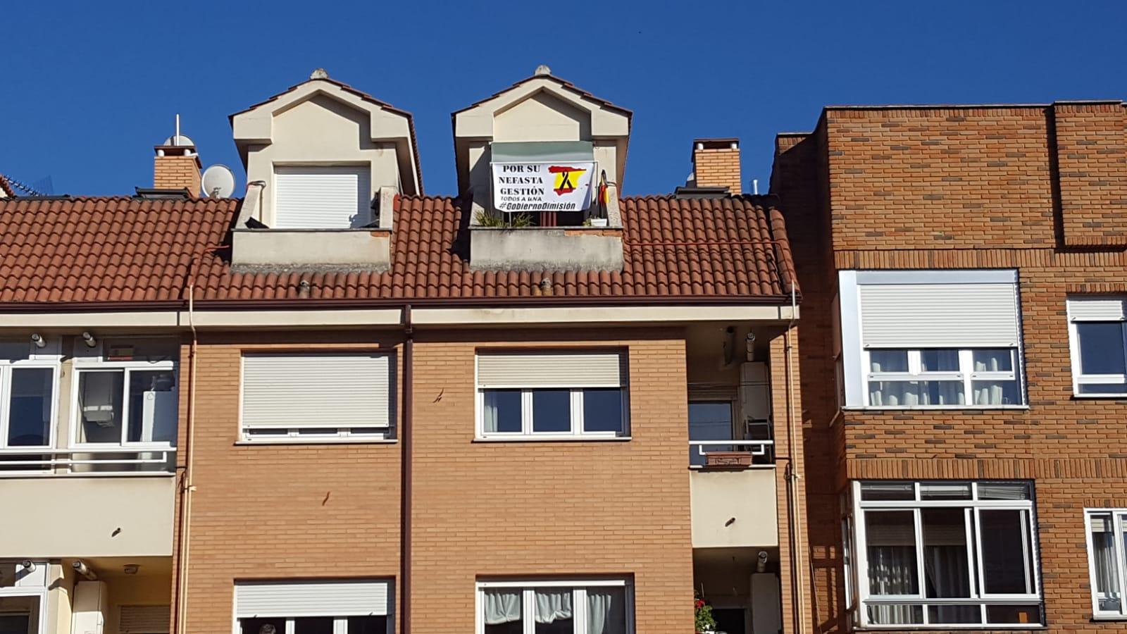 Un vecino de La Virgen saca una pancarta y causa revuelo