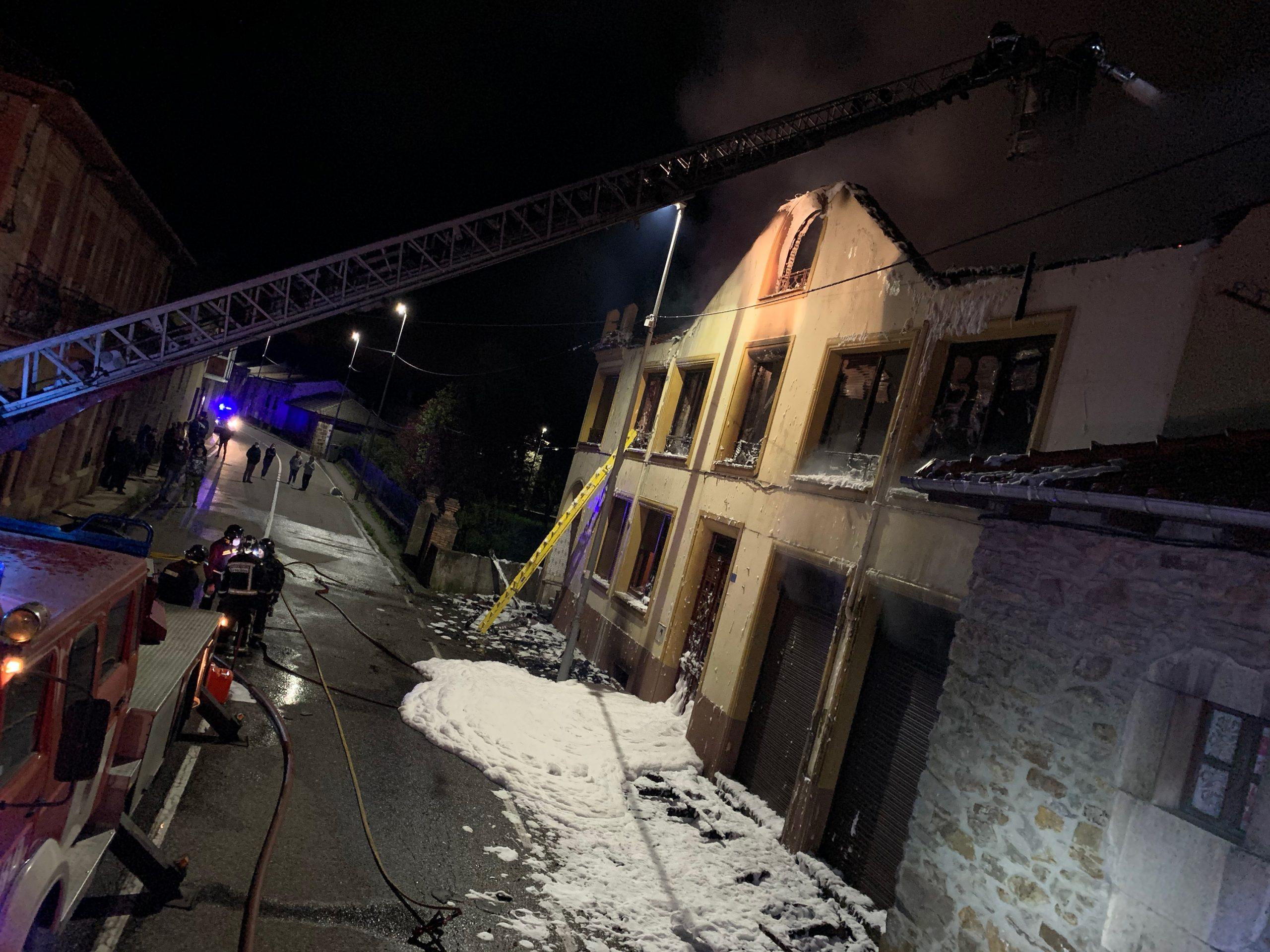 VÍDEO| Los bomberos sofocan un incendio en una vivienda a 30 km de León