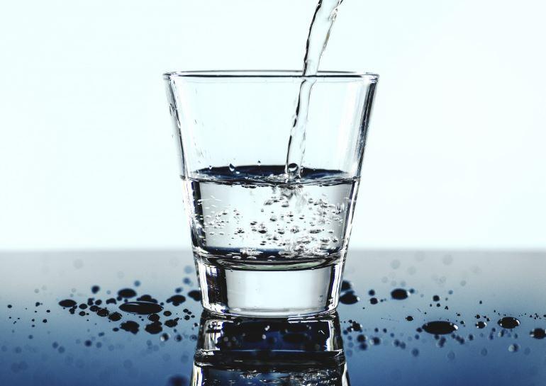 ¿Sabes cuanta agua tienes que beber al día según tu peso?