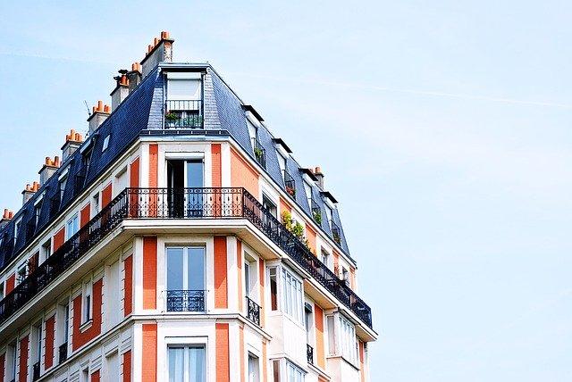 intentan tirar por un balcón