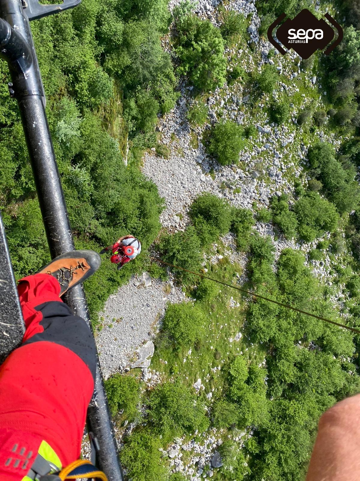 Un helicóptero medicalizado en Morcín para rescatar un varón