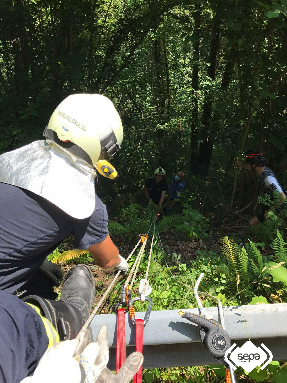 Un ciclista herido al precipitarse por un desnivel de 20 metros y difícil acceso