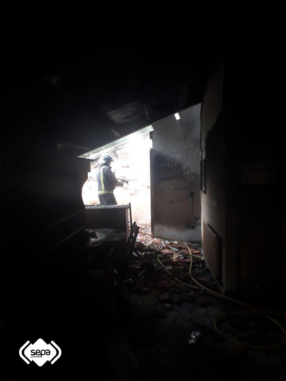 Un incendio calcina por completo dos apartamentos de un inmueble
