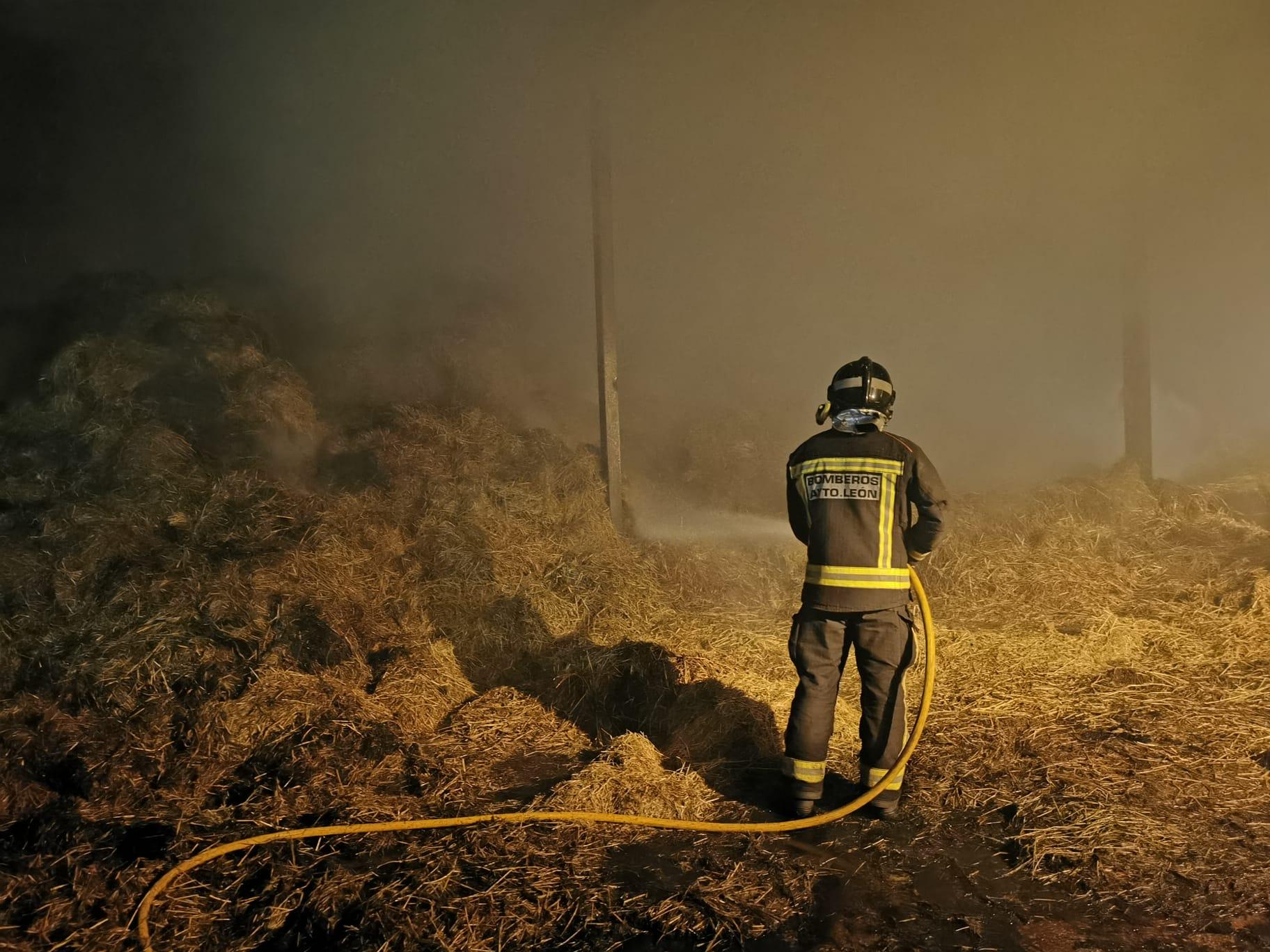 Grave incendio en una nave de paja en Cubillas de Rueda