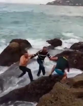 Angustioso rescate de un hombre atrapado entre las rocas