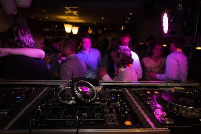 bailar con mascarilla en la discoteca