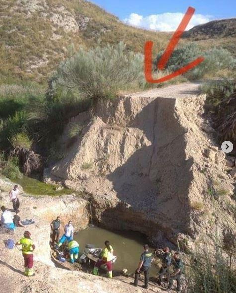 Un quad con dos ocupantes se precipitan a una poza de 12 metros