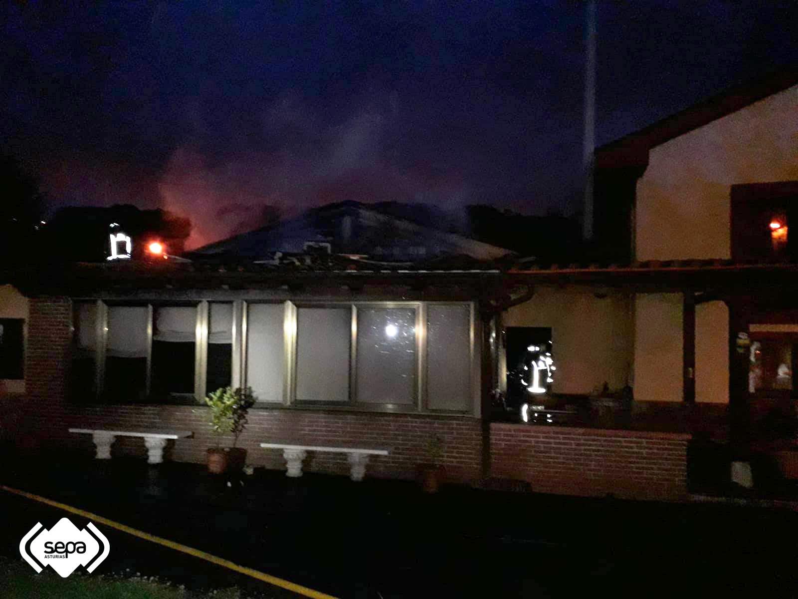Un incendio calcina un garaje y tres coches en su interior