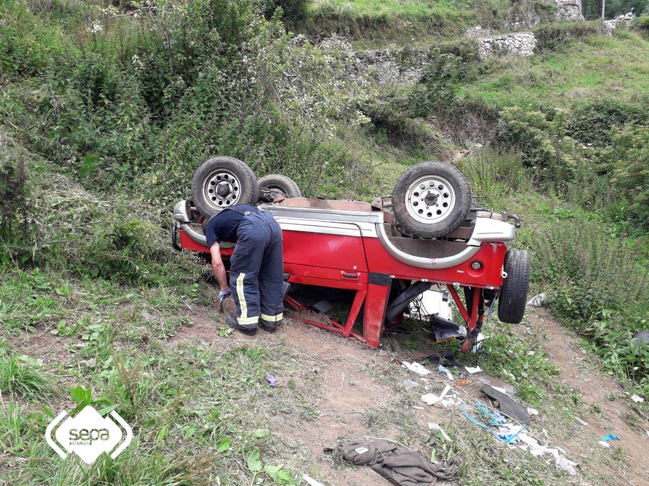 Herido muy grave al volcar su coche tras caer 20 metros por un desnivel