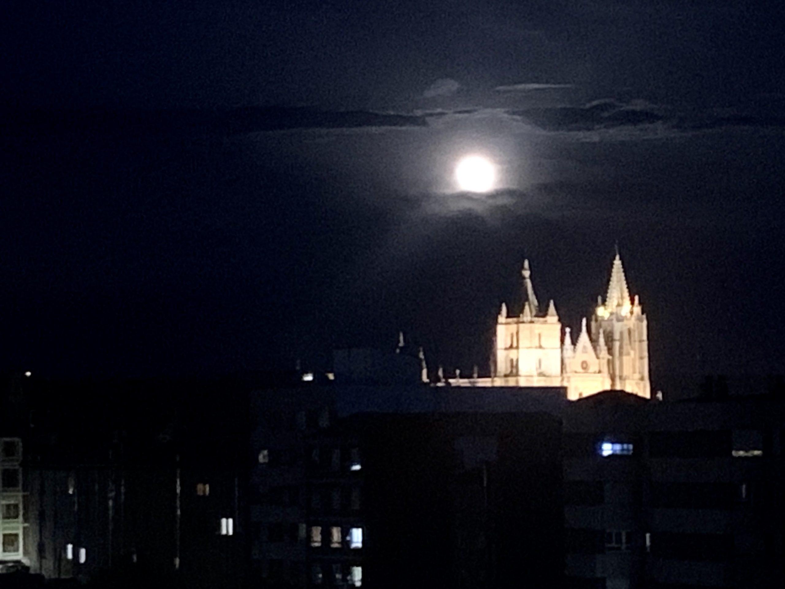 ¿Les gustaría a los leoneses más iluminación en la Catedral?