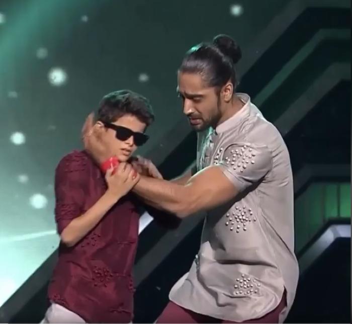 niño ciego bailando