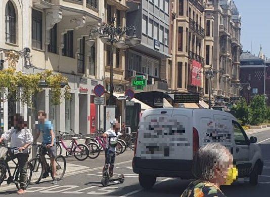 Una furgoneta a punto de atropellar a un joven a Ordoño II