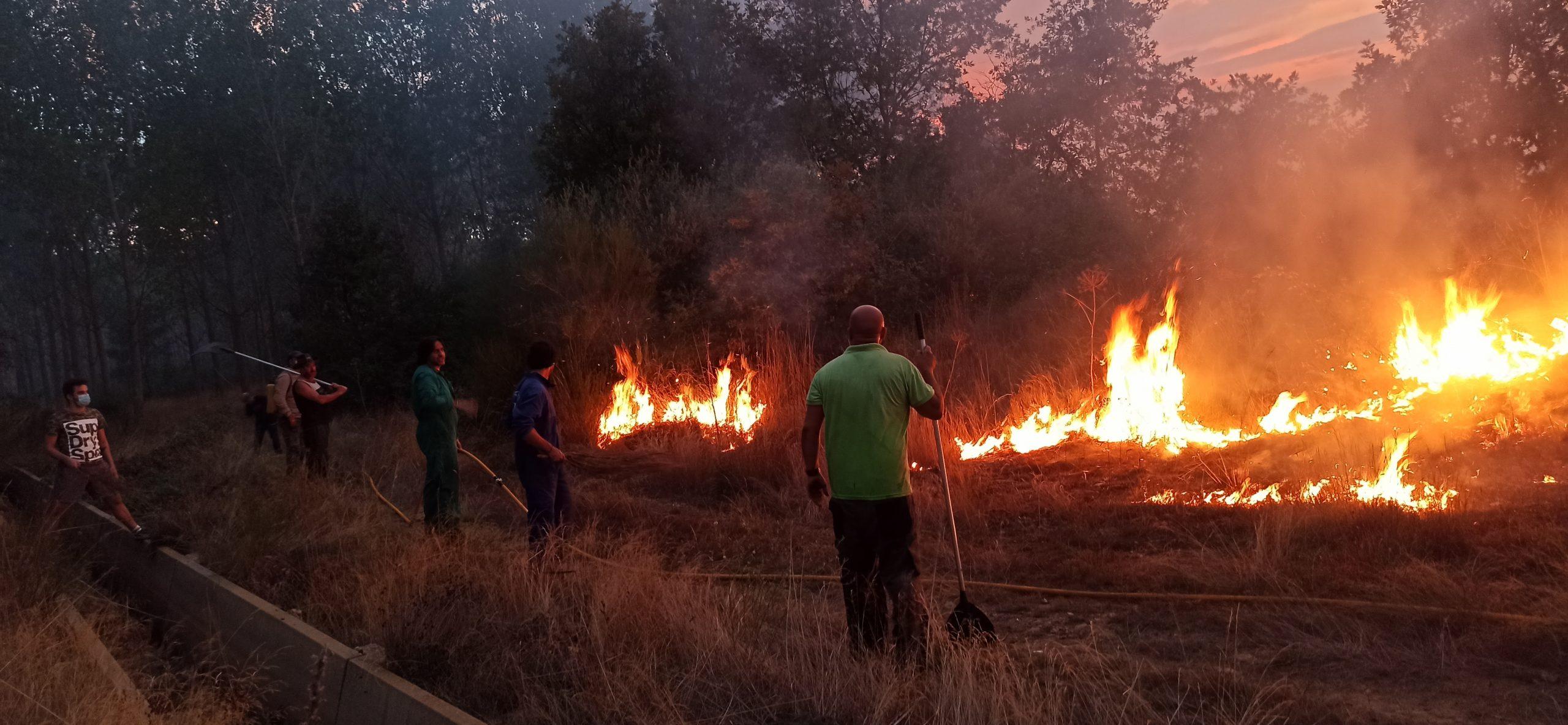 El alcalde de Castrcontrigo Olivio Campo participando en la extinción del incendio
