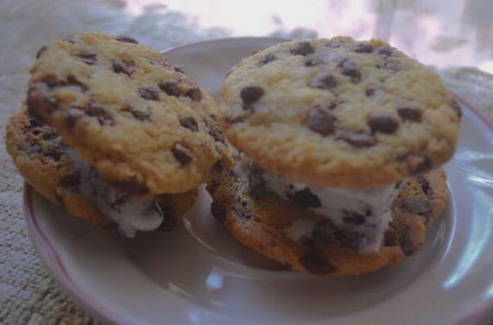 Sandwich de helado casero con galletas de chocolate