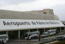 Un pasajero de un avión en Palma arranca un trozo de oreja a otro